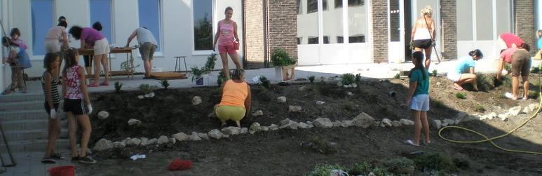 iskola építése - virágosítás